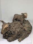 Бронзовая скульптура  «Овца с ягненком на спине», VB033, 1,7 кг, поврежденные уши, фото №2