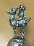 Металлический колокольчик с мальчиком на козленке, фото №5