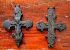 Под полом одной из львовских церквей нашли нагрудный крест-складень