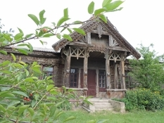Showed the only wooden house in Cherkassy, which was designed by the architect Gorodetsky