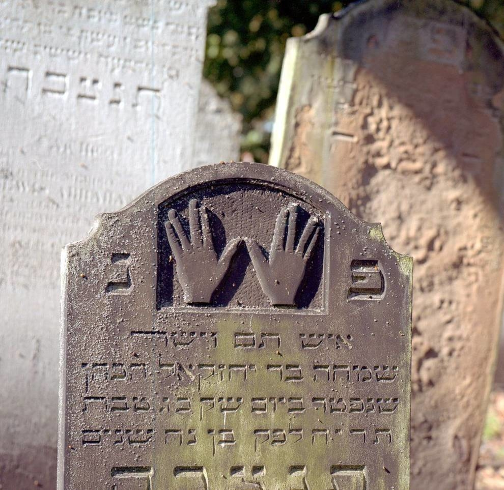 How was the oldest Jewish grave found in the UK?