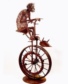 Проволока, смола и обломки металла: мастер создает необычные скульптуры