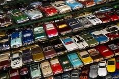 Коллекция из 4000 автомобилей, которая началась с двухэтажного автобуса