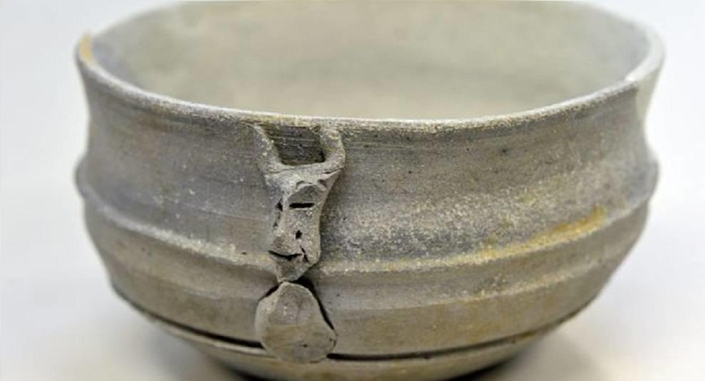 В Японии обнаружили чашу V века со странным лицом