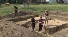 Раскопки в Новгород-Северском: археологи нашли украшение и фрагменты амфор