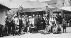 Странствующий цирк в Страбане на фото начала XX века