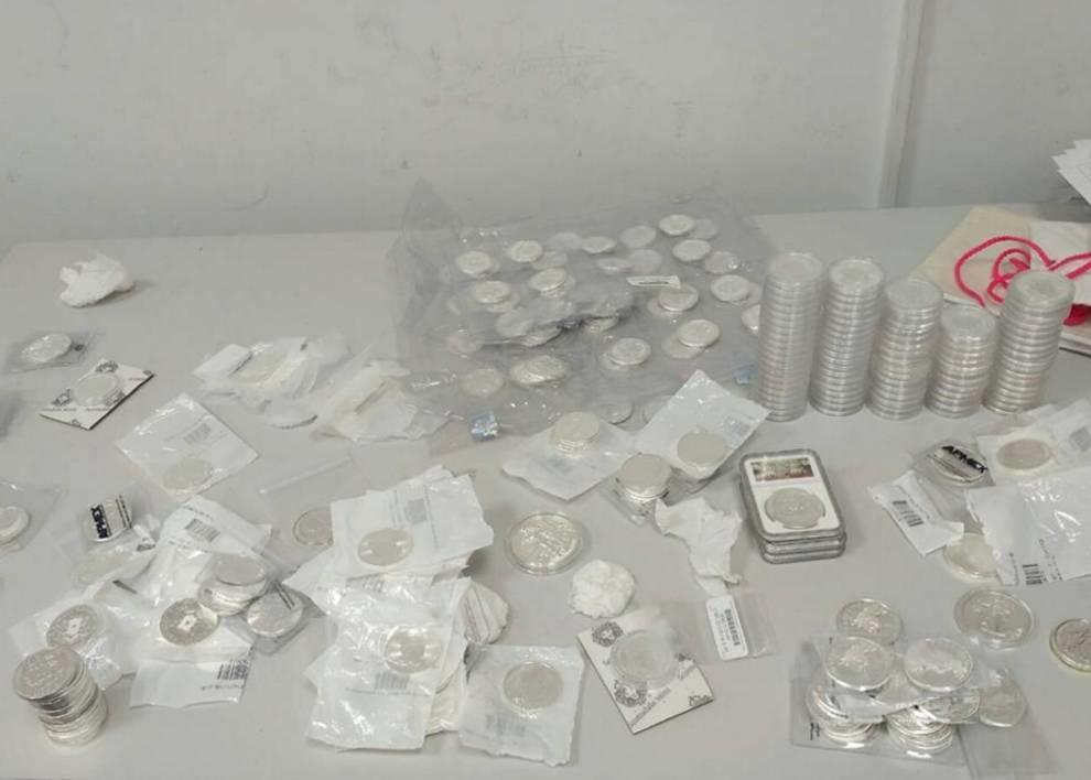 Таможенниками была изъята коллекция серебряных монет и медалей, которые пытались ввезти нелегально