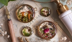 "Wild flowers ""prisoners"" in earrings and pendants"