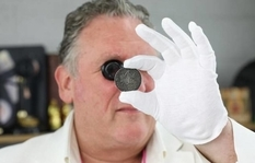 """69-year-old Englishwoman in the attic of her own house found a coin from the series """"Oxford Crown"""" Rowlina"""