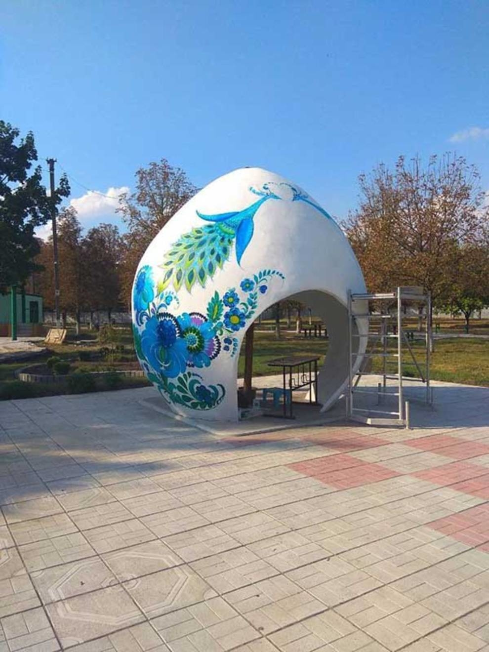 С павлинами и цветами — на Днепропетровщине реставрировали гигантскую писанку