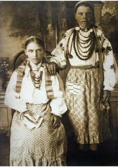 С венками и бусами: как одевались украинки 100 лет назад