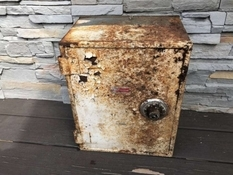 The American found a safe with money right in his yard and gave it to his neighbors