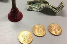 Золоті монети, загорнуті в купюри, знайшли в відерці для пожертвувань