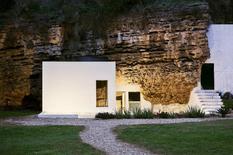 Колись це була печера, а тепер - сучасний будинок