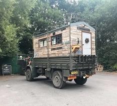 Замість будинку армійська вантажівка: британці трансформували стару машину в житло мрії