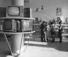 Советские магазины электроники в подборке черно-белых фотографий