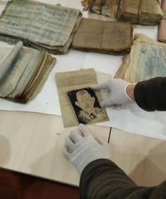 На Івано-Франківщині відкопали бідон з-під молока зі старими документами і віддали музейникам