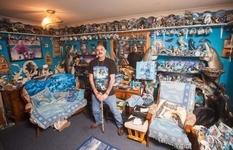 Екс-військовий і його колекція з 10 000 дельфінів