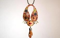 Очі-сережки і обличчя-підвіски: лякаючі прикраси з частин старих ляльок Барбі