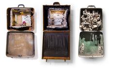 Миниатюрные истории, встроенные в старые чемоданы