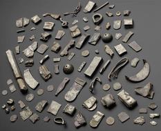 Браслеты, броши и монеты — клад, найденный археологами Шотландии