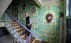 Rococo-style entrance: an amazing transformation invented by a Kiev pensioner