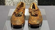 """Unknown boy from """"Titanic"""": how could scientists find a little owner of brown shoes?"""