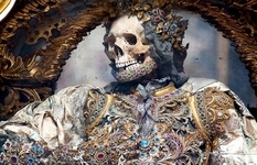 """Terribly and pompously: ancient skeletons, """"inlaid"""" with jewels"""
