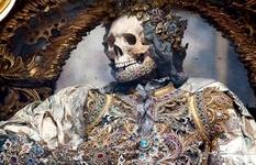 Жутко и помпезно: древние скелеты, «инкрустированные» драгоценностями