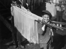 Не тільки на вухах: як розвішували локшину на початку XX століття?