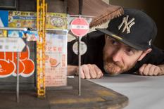 Картон і дерево: мініатюрні нетрі австралійського скульптора