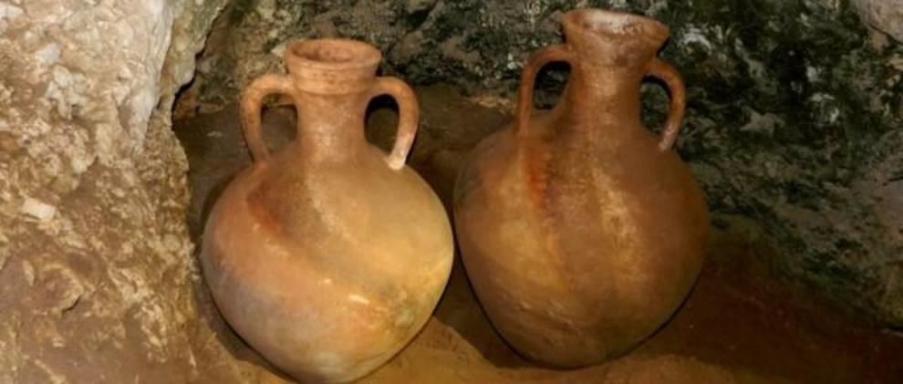 В одной из пещер Израиля нашли древние неповрежденные амфоры