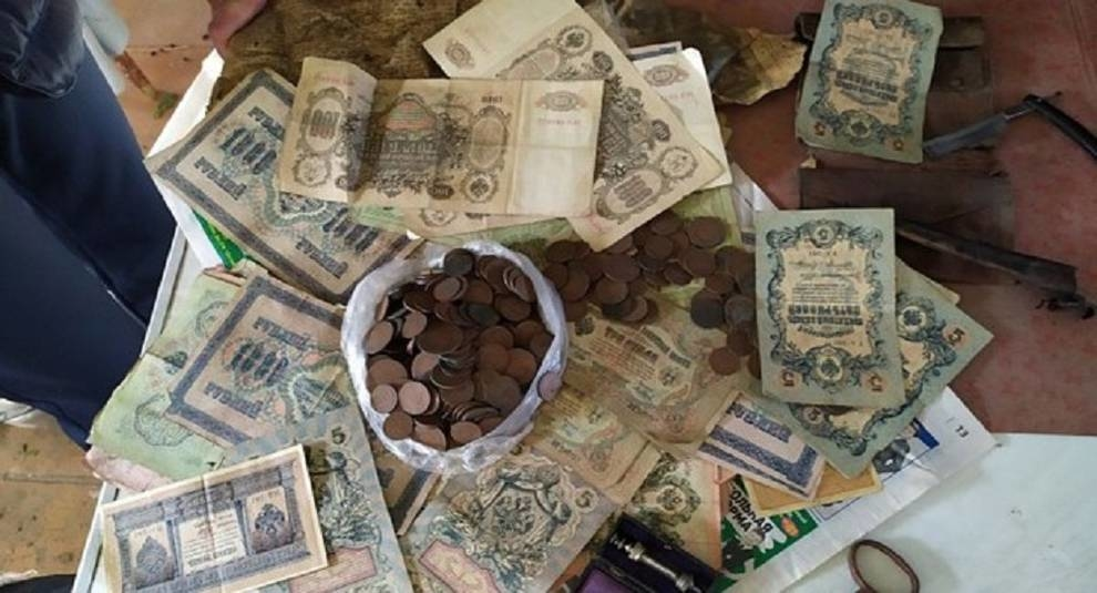 In the old house in Troitsk found a hundred year old treasure under the stairs