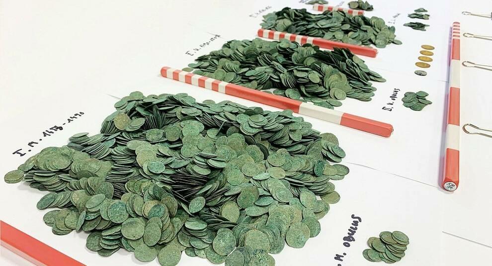 Средневековый тайник: в Венгрии нашли крупный клад монет