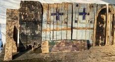 В стенах давно сгоревшей больницы обнаружены старинные иконы