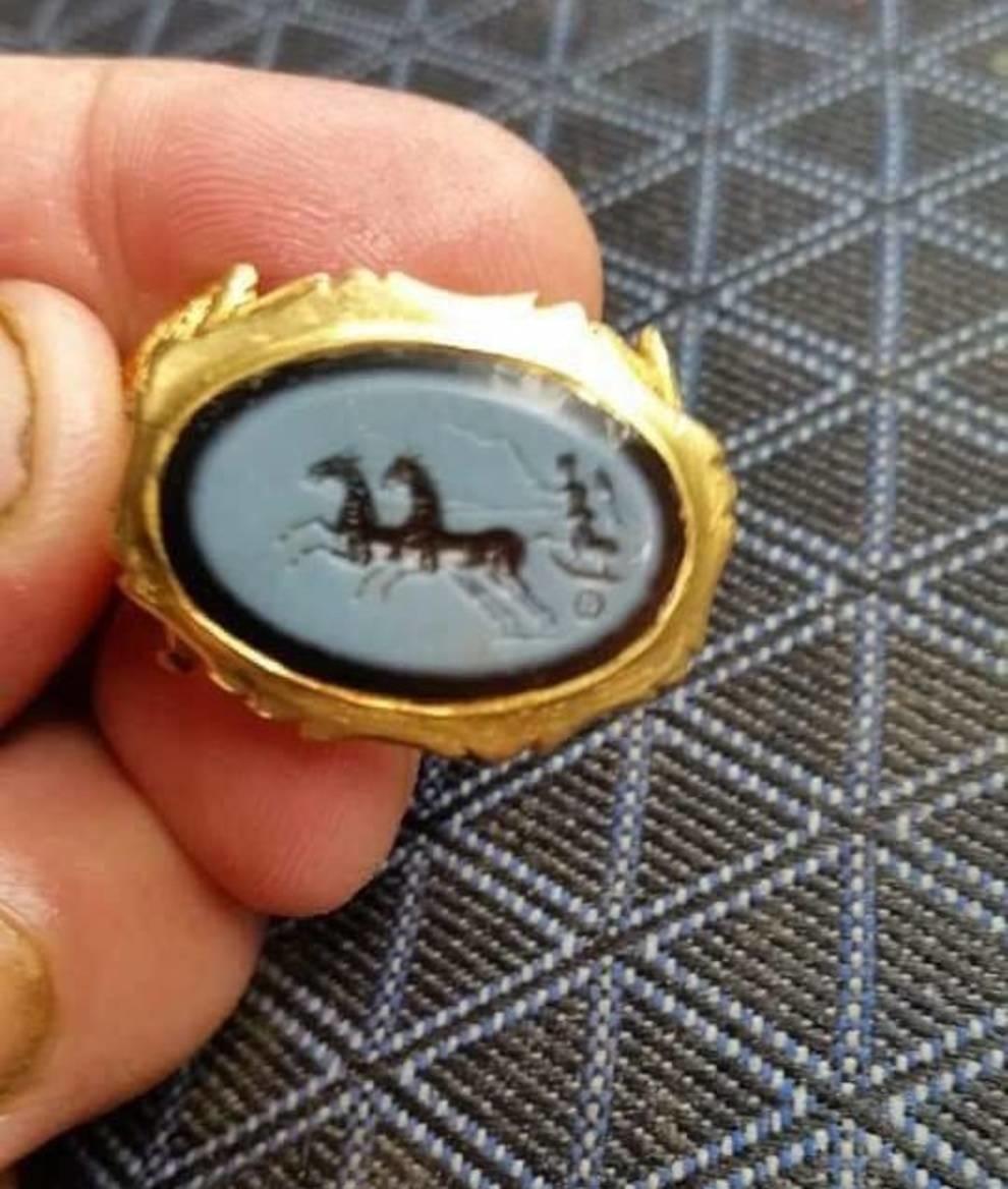 Золотое кольцо с изображением богини победы было найдено в Британии