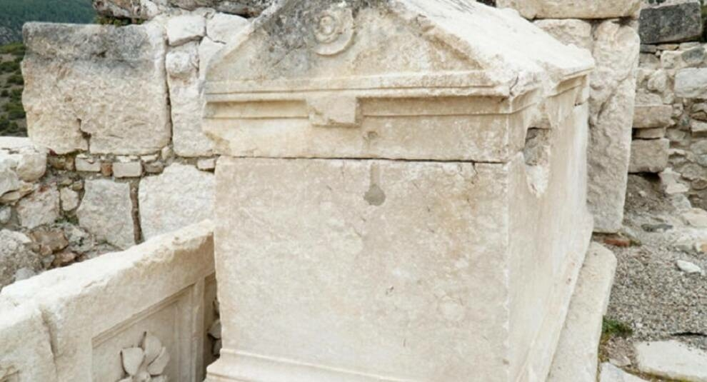 Турецкие археологи во время изучения базилики обнаружили захоронение