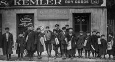 Юные распространители газет на фото первых двух десятилетий XX века