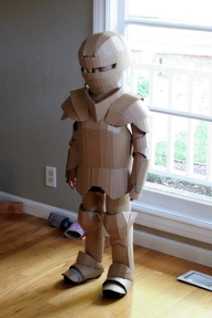 Cardboard, a little imagination and knightly armor for the child are ready