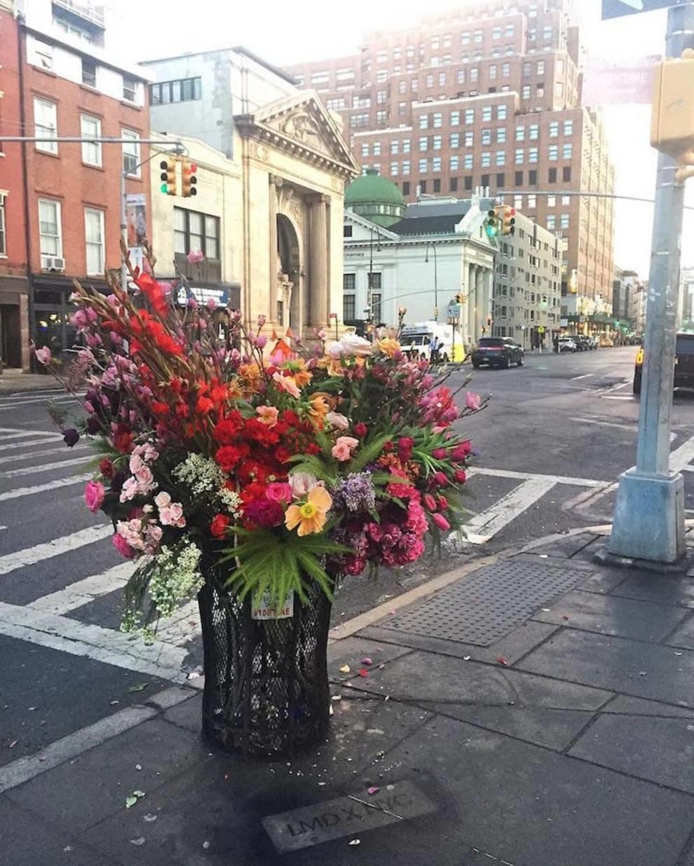 Художник-флорист и его команда украшают мусорные баки цветами, оставшимися после свадеб