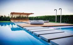 Простота конструкции и практичность использования — зона отдыха у бассейна, придуманная итальянским архитектором