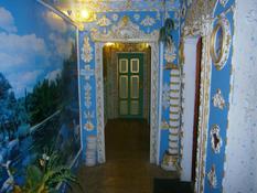 15 лет киевский пенсионер создавал из своего подъезда дворец и вот, что из этого получилось