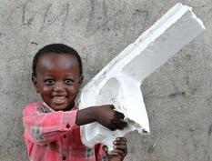 Оторванный кусок пенопласта и корпус от старого магнитофона — игрушки детей из африканских трущеб