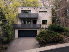 Дизайнеры скомпоновали серый, белый и черный цвета в доме 1960-х годов