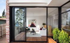 McManus Lew Architects показали, как из маленького дома сделать настоящий оазис