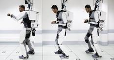При помощи экзоскелета парализованный парень смог снова ходить