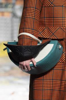 Скульптурная сумка — главная женская покупка ноября