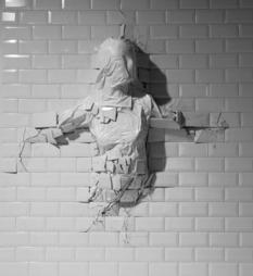 Итальянец придумывает инсталляции из разбитой плитки