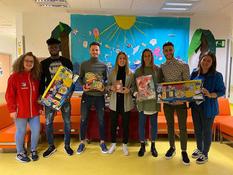 На Рождество детей в больницах Великобритании проведали известные футболисты (ФОТО, ВИДЕО)