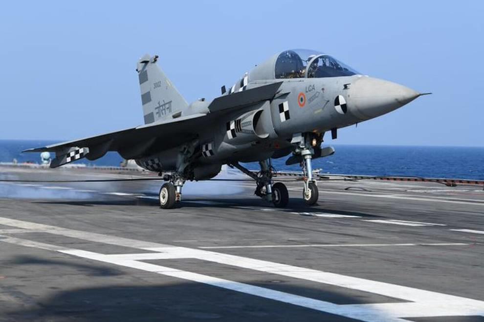 Индийский истребитель Tejas Navy впервые совершил посадку на авианосец (Видео)
